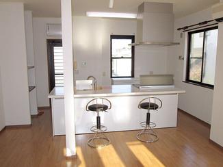 キッチンリフォーム 間取りを変更し明るくなった部屋で使うアイランドキッチン