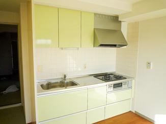 キッチンリフォーム 目にも鮮やかなアロマカラーが嬉しいキッチン