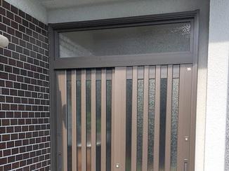 エクステリアリフォーム 開き戸に仕様変更・採光部分も増えて明るくなった玄関