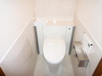 トイレリフォーム タンクレス風で手洗いもついたすっきりレイアウトのトイレ