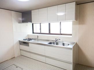 キッチンリフォーム 光を拡散させて明るさと広さを感じさせるキッチンスペース