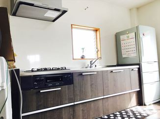 キッチンリフォーム ご家族こだわりの内装が際立つ、広くて明るいリビングスペース