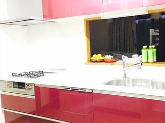 キッチンリフォーム オペラチェリーがアクセント♪ 収納力抜群のかわいいキッチン