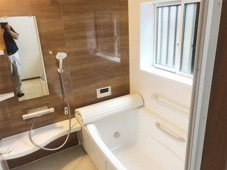 バスルームリフォーム 断熱性能の高い窓で温かさを保つ、広々とした浴室